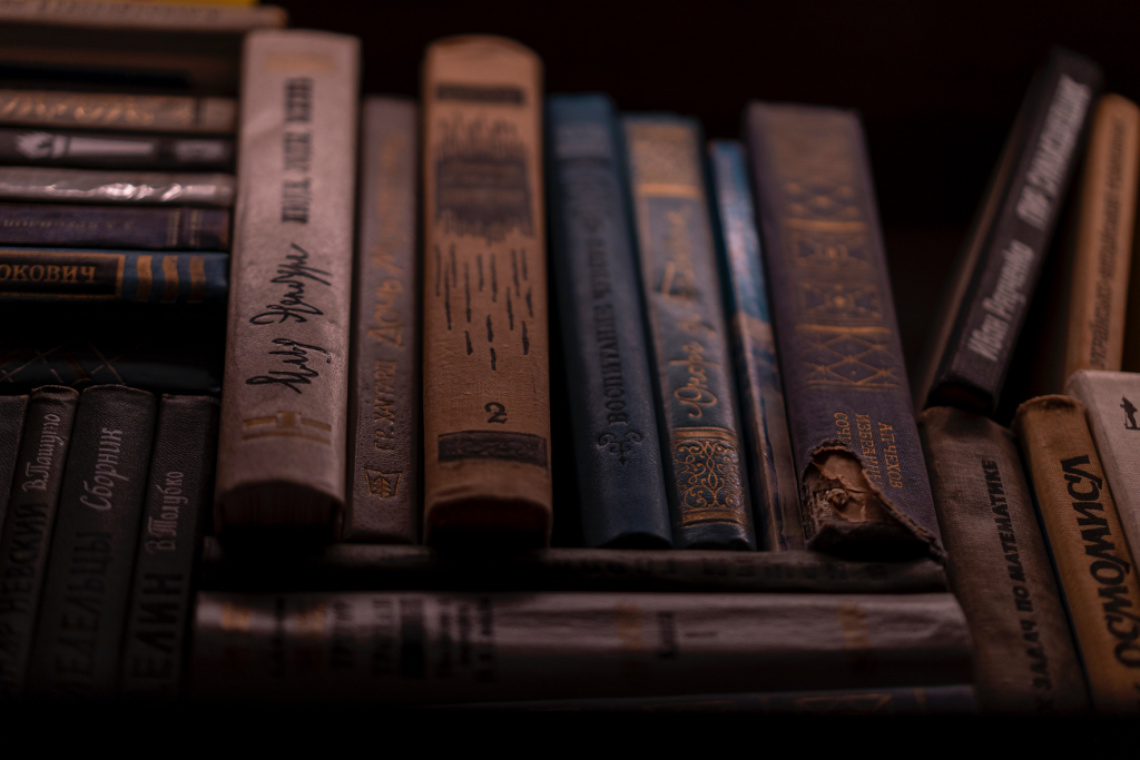 Alte Bücher in einem Regal.