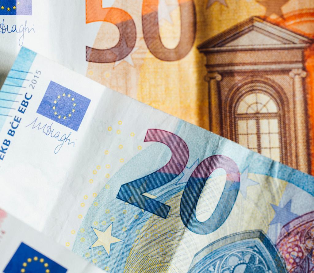 Mehrere Euro-Scheine übereinander liegend.